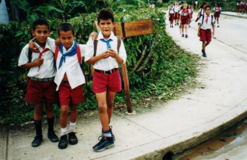 Pioneros. Luis Mario junto a otros compañeros, al salir de la escuela