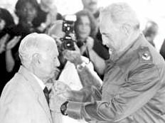 """Cintio Vitier recibiendo la """"Orden José Martí"""" de manos de Fidel (1996)"""