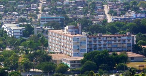 Edificio del Hospital General Universitario Vladimir Ilich Lenin de la Ciudad de Holguín (Foto: Paco Azanza Telletxiki)
