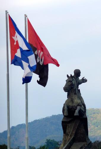 Escultura dedicada a Antonio Maceo, Plaza de la Revolución, Santiago de Cuba (Foto: Paco Azanza Telletxiki)