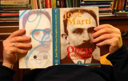 Leyendo a José Martí (Foto: Paco Azanza Telletxiki)