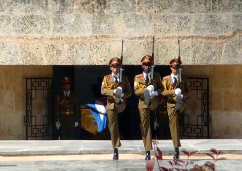 Cambio de guardia en el mausoleo de José Marti (28 de enero de 2009, cementerio de Santa Efigenia,Santiago de Cuba. Foto: Paco Azanza Telletxiki)