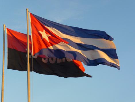 Bandera cubana y del Movimiento Revolucionario 26 de Julio (Foto: Paco Azanza Telletxiki)