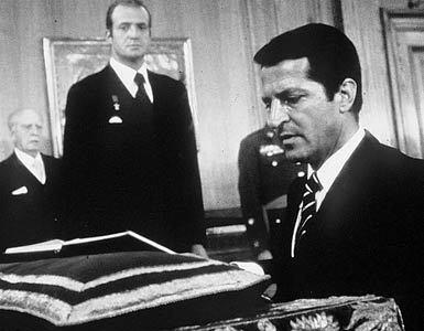 Adolfo Suárez, junto al Rey, jurando el cargo