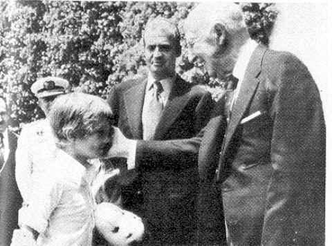 Juan Carlos de Borbón con el próximo rey y Franco