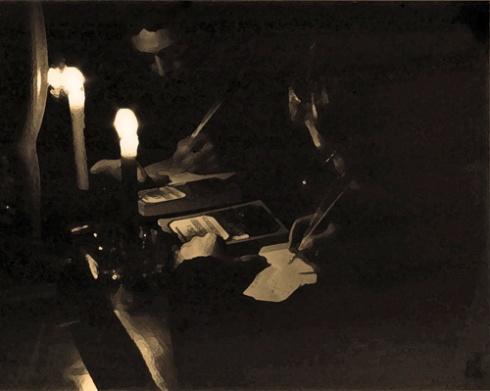 Escribiendo (Foto: Paco Azanza Telletxiki)