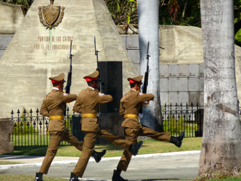 La guardia del Mausoleo de Martí a su paso por el panteón de los Caídos en misiones internacionalistas, Cementerio de Santa Efigenia, Santiago de Cuba (Foto: Paco Azanza Telletxiki)