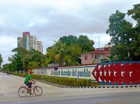 Avenida de Los Libertadores con XX Aniversario, Ciudad de Holguín, Cuba, 2015 (Foto: Paco Azanza Telletxiki)