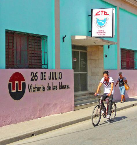 Calle Antonio Maceo, Ciudad de Holguín, Cuba, 2011 (Foto: Paco Azanza Telletxiki)