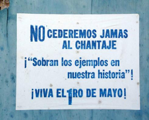 Cartel anunciando un Primero de Mayo en la Ciudad de Holguín, Cuba (Foto: Paco Azanza Telletxiki)