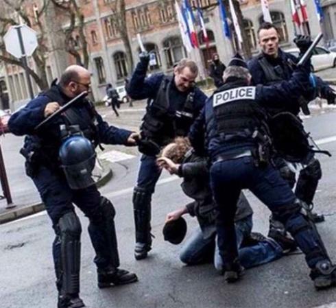 Policías franceses golpeando hace unos días a un reducido manifestante
