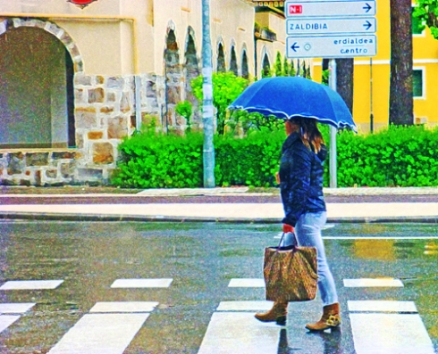 Paseante bajo la lluvia (04), 2014 (Foto: Paco Azanza Telletxiki)