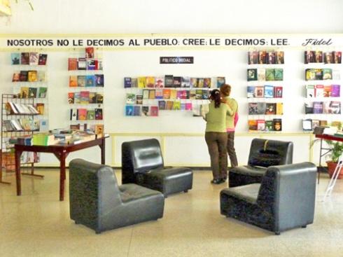 Librería Santiago de Cuba, Ciudad Héroe, 2009 (Foto: Paco Azanza Telletxiki)