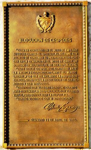 Placa situada en el Parque Carlos Manuel de Céspedes, Santiago de Cuba, (Foto: Paco Azanza Telletxiki, 2009)