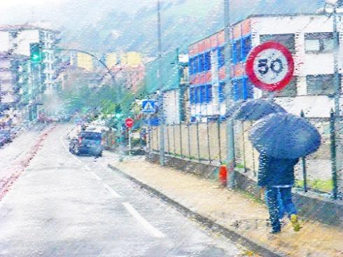 Paseantes en día de lluvia, 2103 (Foto: Paco Azanza Telletxiki)