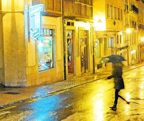 Paseante en día de lluvia (07), 2013 (Foto: Paco Azanza Telletxiki)