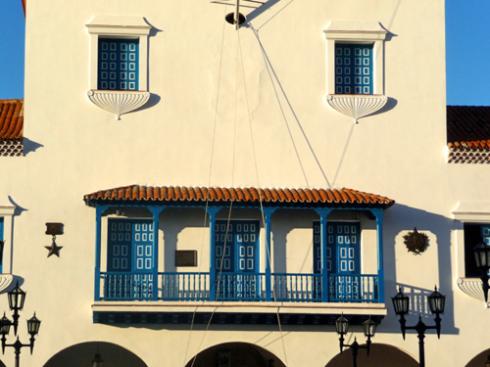 Desde este balcón, en horas de la madrugada del primero de enero de 1959, fue proclamado por Fidel el triunfo de la Revolución. A ambos lados, en la fachada principal del Ayuntamiento, se muestra el distintivo de Ciudad Héroe de la República de Cuba y la Orden Antonio Maceo. (Foto: Paco Azanza Telletxiki, 2009)