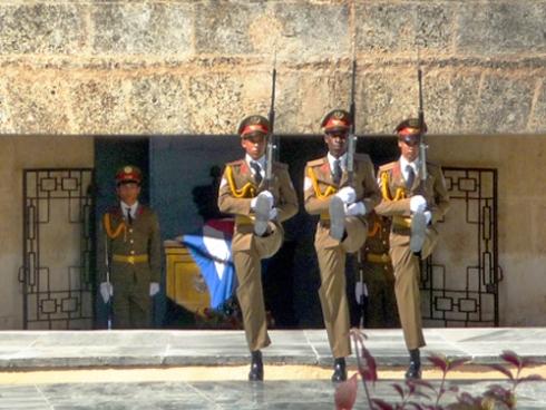 28 de enero de 2009. Cambio de Guardia en el Mausoleo donde reposan los restos de José Martí. Desde hoy mismo, en este mismo lugar descansarán los del compañero Fidel (Foto: Paco Azanza Telletxiki, 2009)