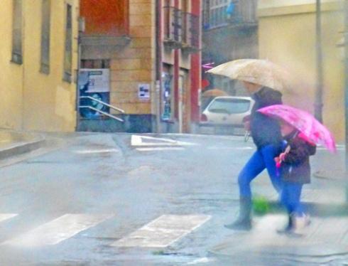 Paseantes en día de lluvia, 2013 (Foto: Paco Azanza Telletxiki)