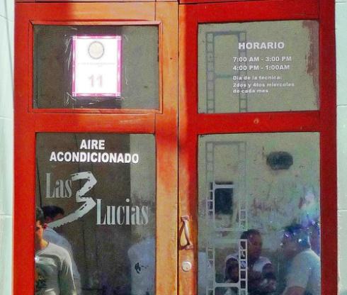 Puerta de entrada al Café Las Tres Lucías, Ciudad de Holguín, Cuba, 2011 (Foto: Paco Azanza Telletxiki