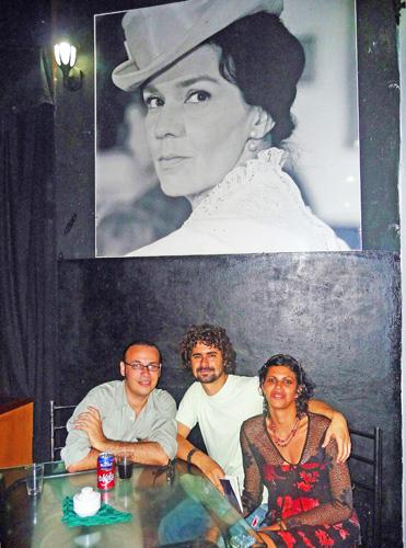 Interior del Café Las Tres Lucías, Ciudad de Holguín, Cuba, 2011. De izquierda a derecha: Luis Yuseff, poeta; Fabian Suárez, poeta, dramaturgo y director de cine; Lisandra Navas, poeta(Foto: Paco Azanza Telletxiki)